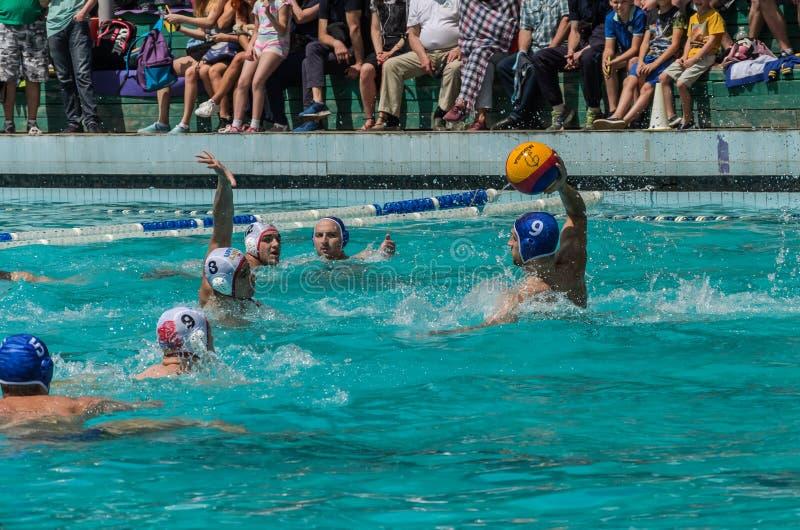 LVIV, DE OEKRA?NE - JUNI, 2019: Atleten in het polo van het pool speelwater stock foto