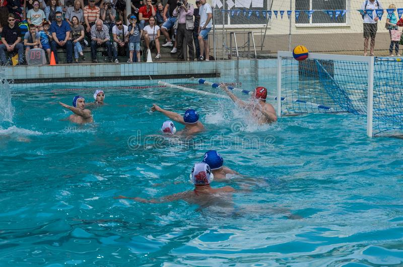LVIV, DE OEKRA?NE - JUNI, 2019: Atleten in het polo van het pool speelwater stock afbeelding