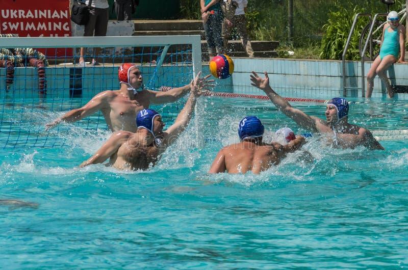 LVIV, DE OEKRA?NE - JUNI, 2019: Atleten in het polo van het pool speelwater stock foto's