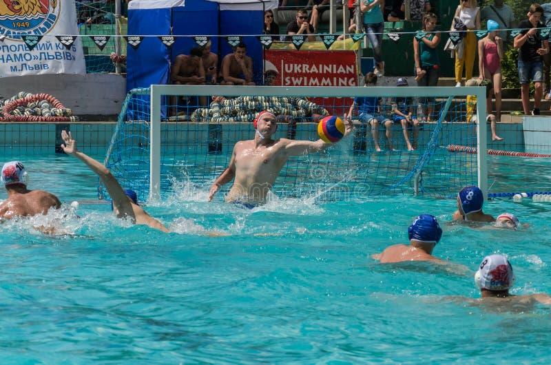 LVIV, DE OEKRA?NE - JUNI, 2019: Atleten in het polo van het pool speelwater royalty-vrije stock afbeeldingen