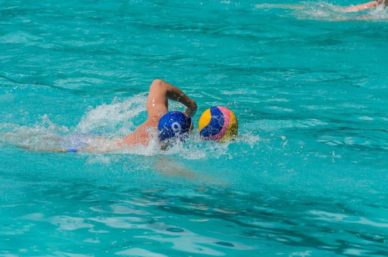 LVIV, DE OEKRA?NE - JUNI, 2019: Atleten in het polo van het pool speelwater stock fotografie