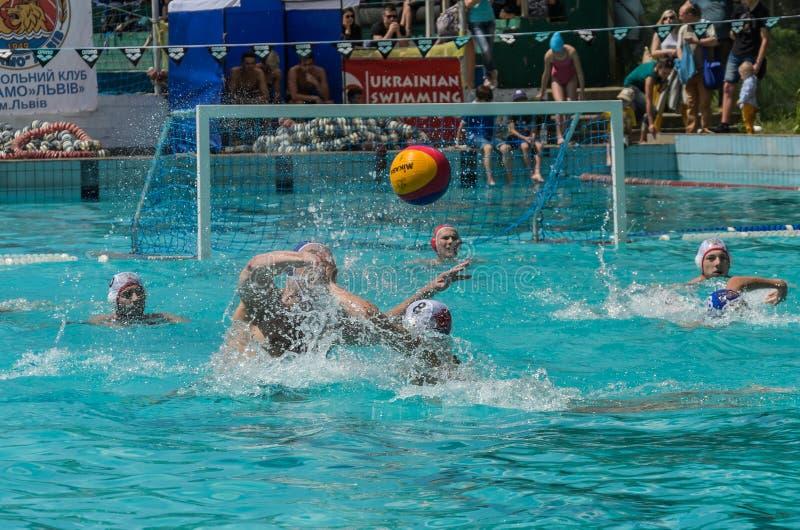 LVIV, DE OEKRA?NE - JUNI, 2019: Atleten in het polo van het pool speelwater royalty-vrije stock foto's