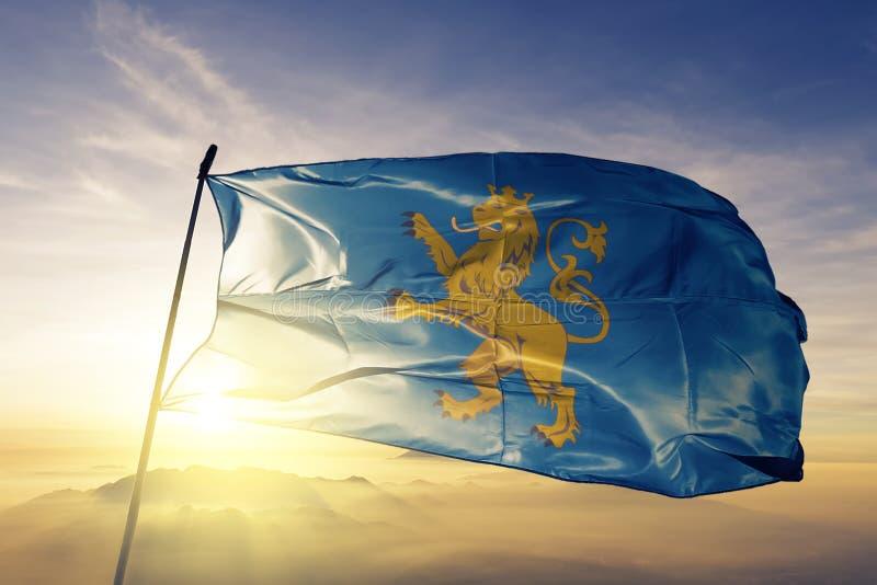 Lviv Oblast av tyg för torkduk för Ukraina flaggatextil som vinkar på den bästa soluppgångmistdimman royaltyfri illustrationer