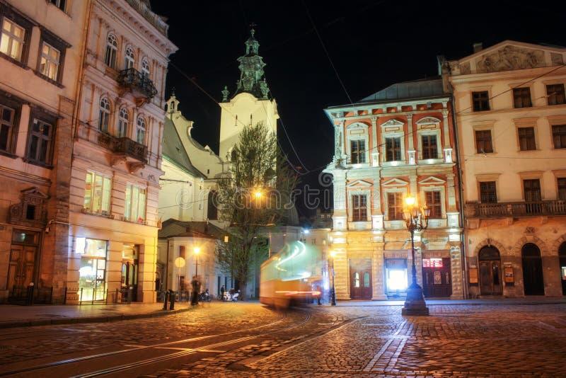 Lviv panorama przy noc? Widok nocy ulica Europejski ?redniowieczny miasto fotografia royalty free
