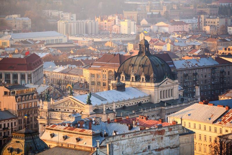 Lviv stadssikt, historiskt centrum, Ukraina Lviv tak Theatre av operan och balett Top beskådar royaltyfri fotografi