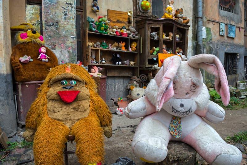 Lviv, Ucrânia - 28 de abril de 2018: a jarda abandonou os brinquedos das crianças, incluindo bonecas, ursos de peluche, macacos e foto de stock