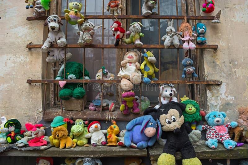 Lviv, Ucrânia - 28 de abril de 2018: a jarda abandonou os brinquedos das crianças, incluindo bonecas, ursos de peluche, macacos e imagem de stock royalty free