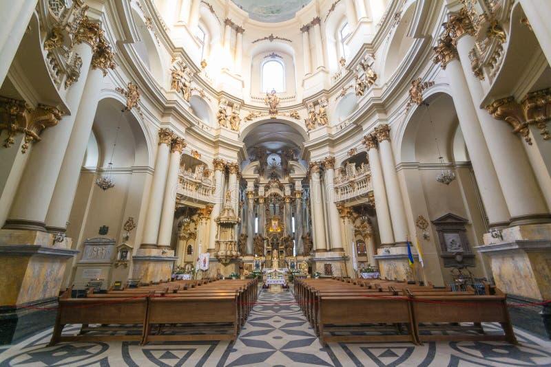 LVIV, UCRÂNIA - 14 de fevereiro de 2017: A vista interna na igreja e no monastério dominiquenses em Lviv, Ucrânia é ficada situad imagem de stock royalty free