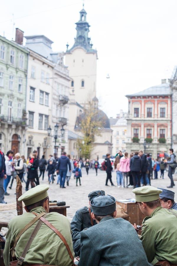 Lviv, Ucrânia - 2 de novembro de 2018: 100th aniversário da República Popular ucraniana ocidental ZUNR Riflemen ucranianos de Sic fotografia de stock royalty free