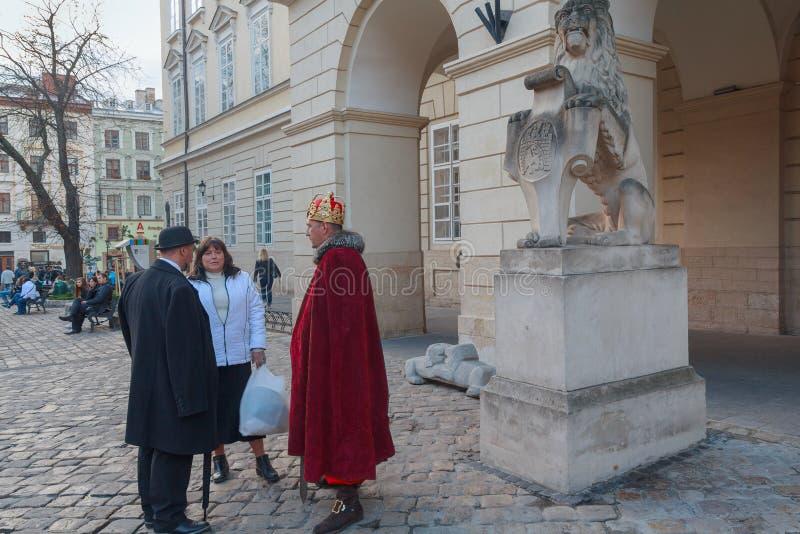 Lviv, Ucrânia - 18 de outubro de 2015: Lviv, Ucrânia - 18 de outubro de 2015: Atores em trajes de período no quadrado imagens de stock