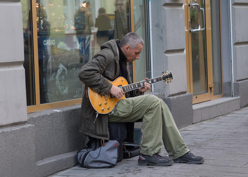 Lviv, Ucrânia - 18 de outubro de 2015: Músico da rua que joga uma guitarra elétrica foto de stock