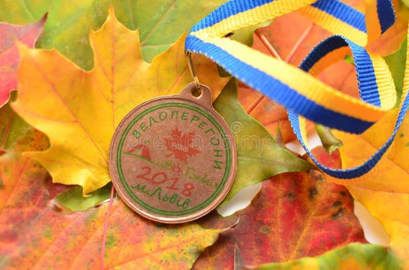 Lviv/Ucrânia - 7 de outubro de 2018: Medalha da raça de bicicleta do ` s da criança do outono em Lviv fotos de stock royalty free