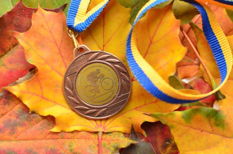 Lviv/Ucrânia - 7 de outubro de 2018: Medalha da raça de bicicleta do ` s da criança do outono em Lviv fotografia de stock
