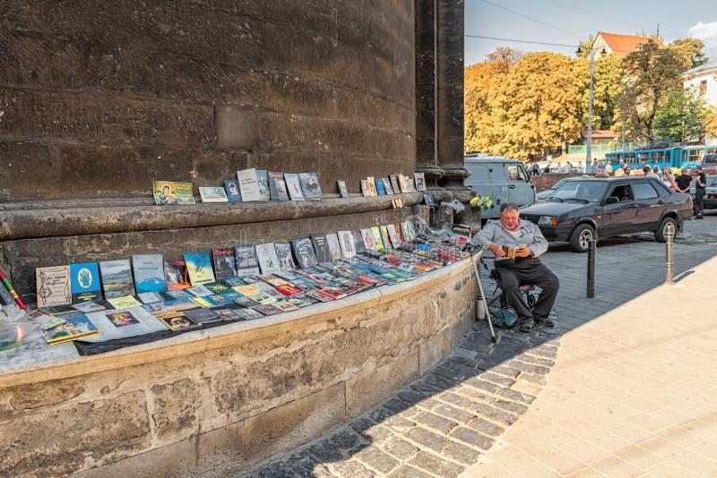 LVIV, UCRÂNIA - 10 DE SETEMBRO DE 2016: Mercado do livro de Lviv Um do objeto sightseeing foto de stock