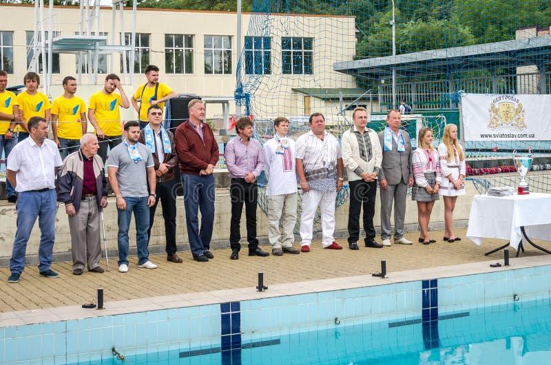 Lviv, Ucrânia - em julho de 2015: Polo aquático ucraniano do copo na associação SKA O prefeito Andriy Sadovy de Lviv felicita o l fotografia de stock