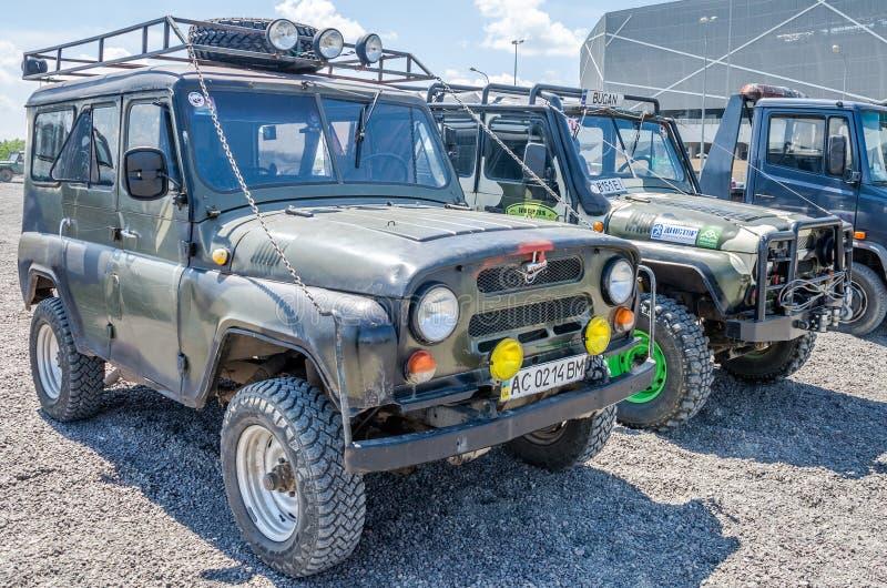 LVIV, UCRÂNIA - EM MAIO DE 2016: Ostente o carro UAZ da reunião na lama após a raça fotografia de stock