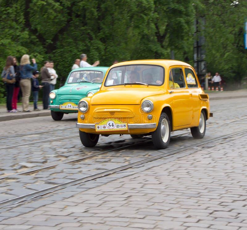 LVIV, UCRÂNIA, O 5 DE MAIO DE 2012: CERCA - do festival internacional de carros retros em Lviv foto de stock royalty free