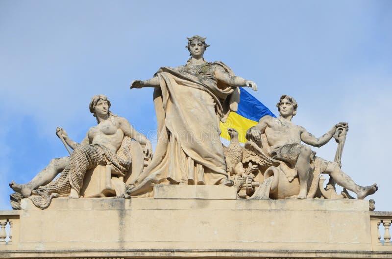 Lviv, Ucrânia, setembro, 15, 2013 Construção da universidade nacional de Lviv nomeada após Ivan Franko, escultura no telhado Era  imagens de stock