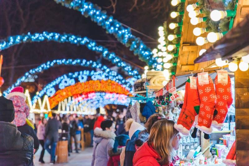LVIV, UCRÂNIA - 12 de dezembro de 2017: festival do Natal no quadrado de lviv mercado com alimento da rua foto de stock royalty free