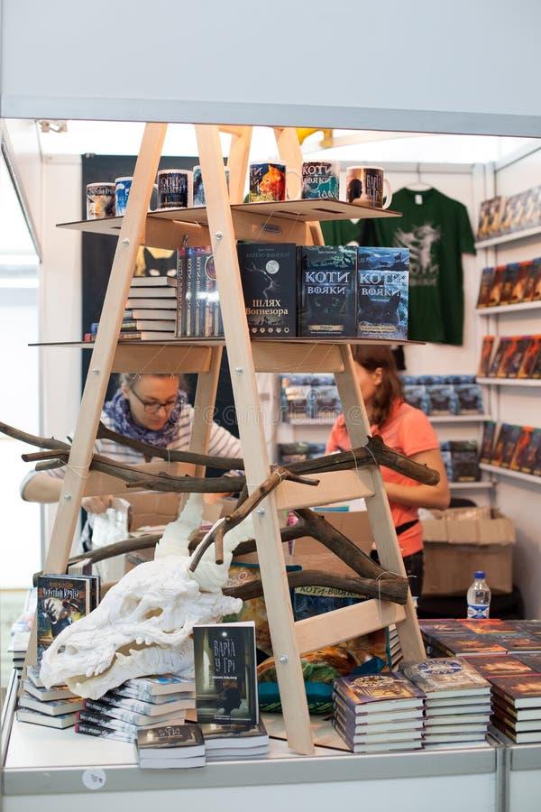 LVIV, UCRÂNIA - 19 DE SETEMBRO DE 2018: Vendedores e clientes de livro entre tendas de livro na 25a feira de livro internacional  fotos de stock royalty free