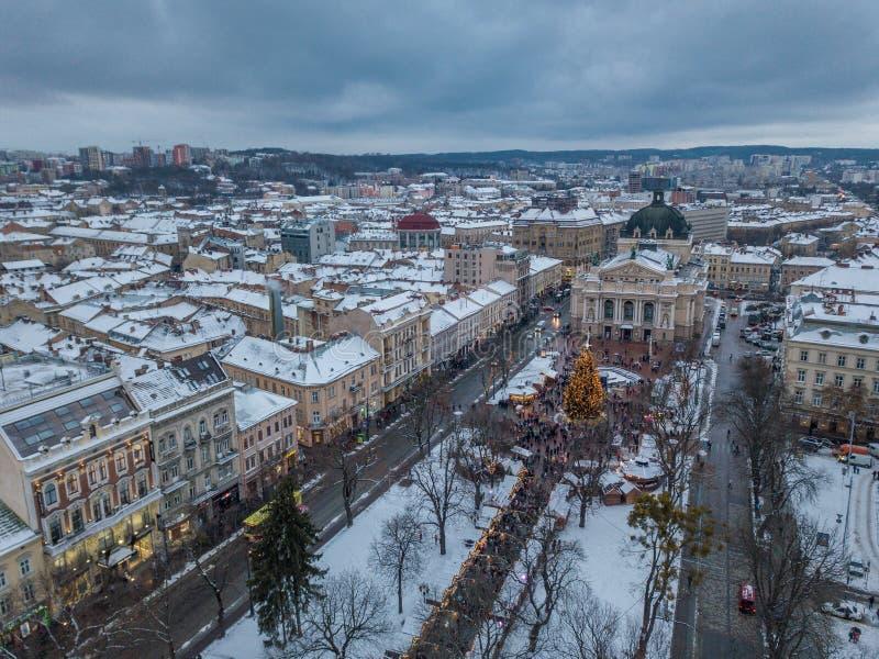 Lviv, Ucr?nia - 25, em dezembro de 2018 Tiro de Arial Teatro da ?pera de Lvov ?rvore de Natal imagens de stock royalty free
