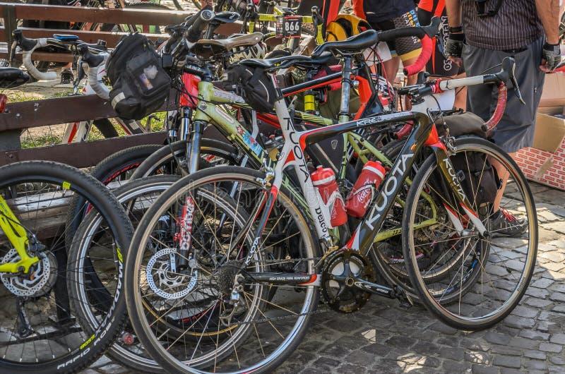 LVIV, UCRÂNIA - EM MAIO DE 2018: Esportes e Mountain bike no parque de estacionamento foto de stock royalty free