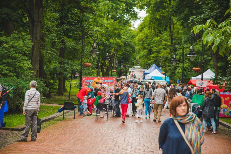 LVIV, UCRÂNIA - julho 17,2018: famílias com as crianças que andam pelo parque dia profissional das crianças imagens de stock