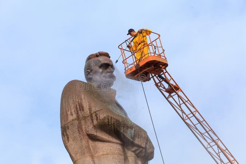 LVIV, UCRANIA - 16 de abril de 2018: La limpieza experta limpia el monumento a Ivan Franko foto de archivo