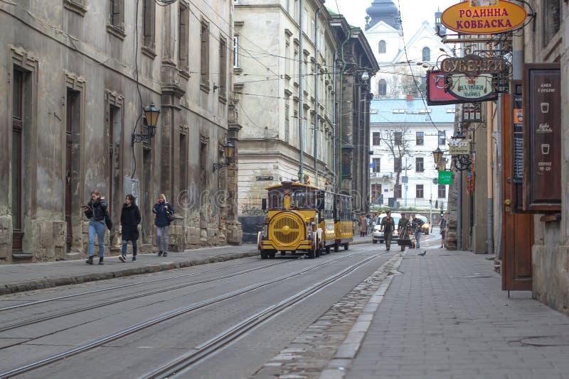 Lviv, Ucrania - 4 de agosto de 2018 tren de visita turístico de excursión en Lviv fotografía de archivo libre de regalías