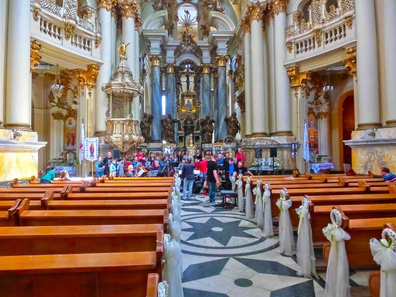 Lviv, Ucrania - 6 de mayo de 2017: La gente en la catedral dominicana, una de las catedrales más hermosas de Lviv foto de archivo