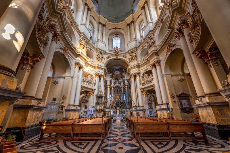 LVIV, UCRANIA - 9 DE NOVIEMBRE DE 2016: Iglesia de la iglesia de Lviv Citycape del interior de la comunión santa fotografía de archivo