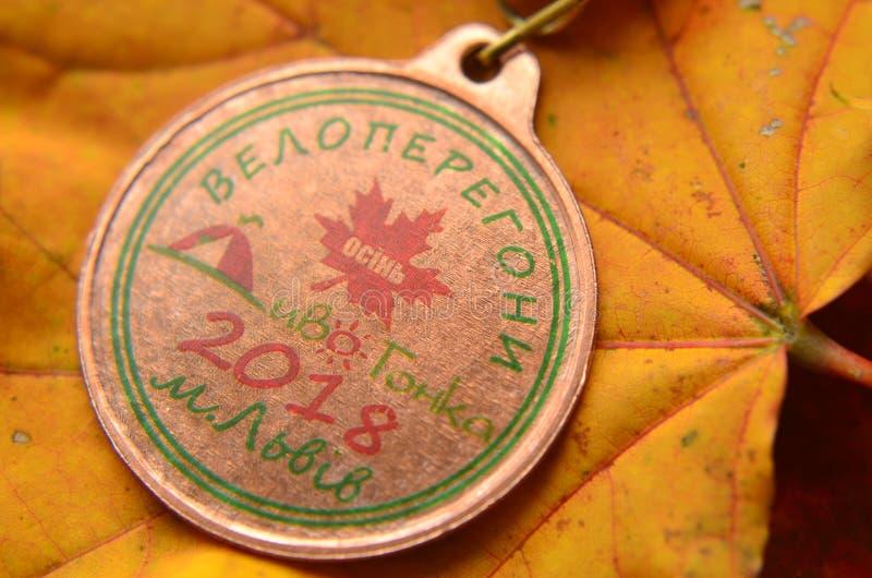 Lviv/Ucrania - 7 de octubre de 2018: Medalla de la raza de bicicleta del ` s del niño del otoño en Lviv fotos de archivo
