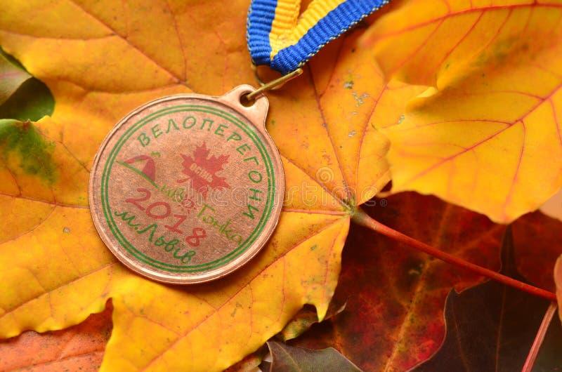 Lviv/Ucrania - 7 de octubre de 2018: Medalla de la raza de bicicleta del ` s del niño del otoño en Lviv fotografía de archivo libre de regalías