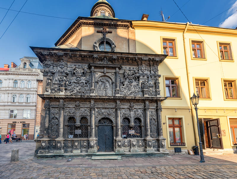 LVIV, UCRANIA - 9 DE SEPTIEMBRE DE 2016: Ciudad de Lviv con arquitectura local y gente Capilla de la familia de Boim foto de archivo libre de regalías
