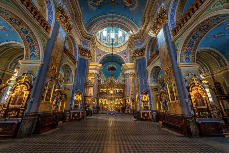 LVIV, UCRANIA - 9 DE SEPTIEMBRE DE 2016: Interior de la iglesia de la ciudad de Lviv Ornamento de lujo del oro foto de archivo