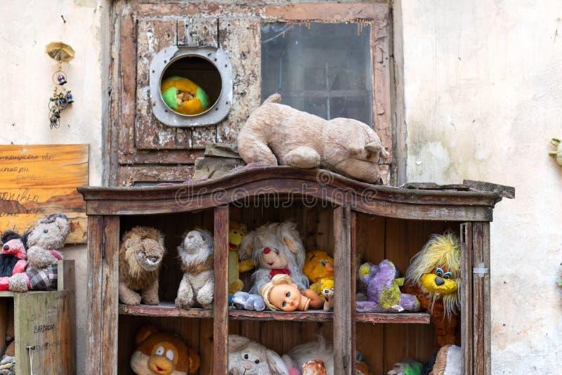 Lviv Ucrania, el 14 de abril de 2019 Museo de los juguetes de los viejos, desechados niños recorridos imágenes de archivo libres de regalías