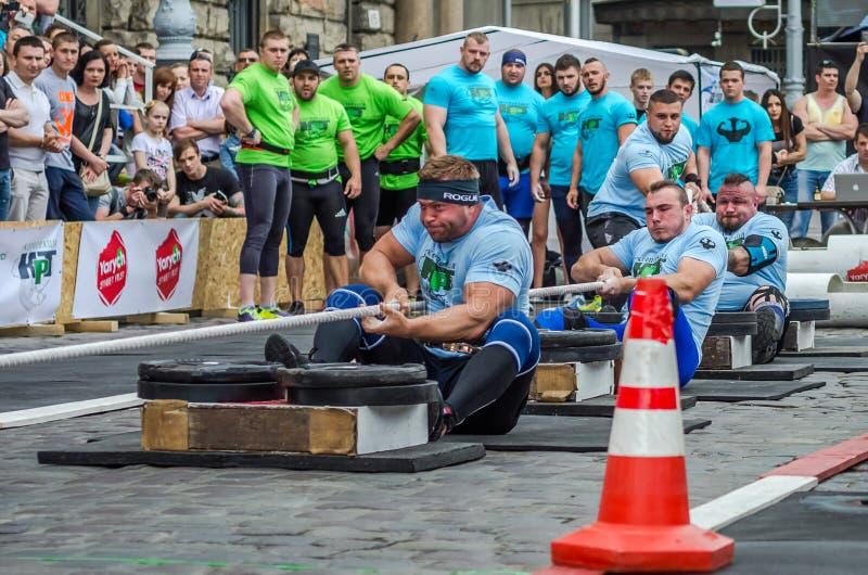 LVIV, UCRANIA - JUNIO DE 2016: Dictador fuerte de los culturistas de los atletas con los cuerpos hermosos y los músculos enormes  imagenes de archivo