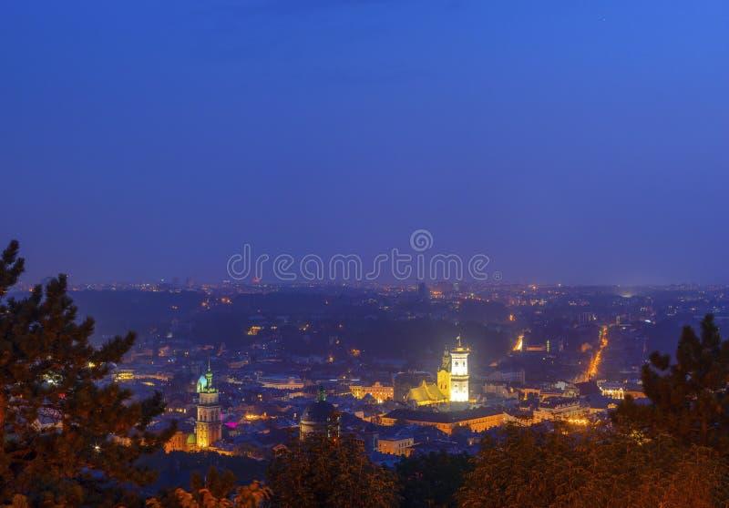 Lviv Ukraina aftonsikt på staden Hall Tower fotografering för bildbyråer