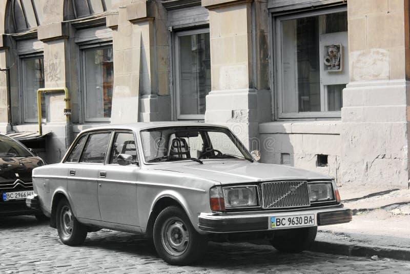 Lviv Ukraina - Augusti 37, 2018: Gammal Volvo bil i den gamla staden fotografering för bildbyråer
