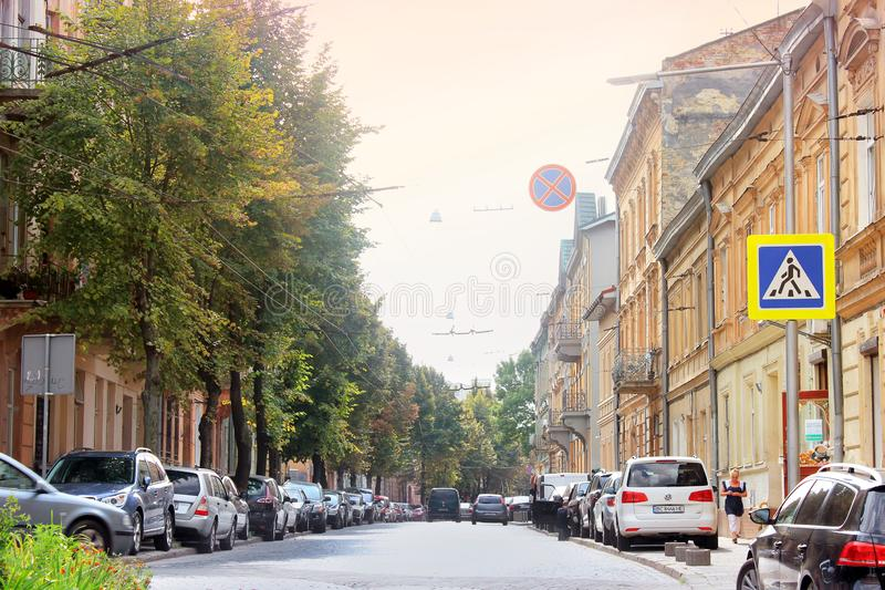 Lviv Ukraina - Augusti 25, 2018: Gata i den forntida staden av Lviv arkivfoto