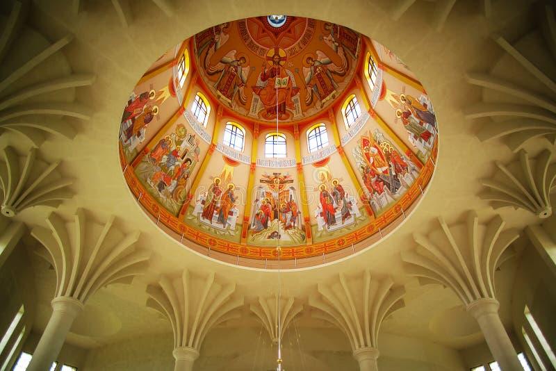 Lviv Ukraina, Czerwiec, - 6, 2017: Malować dekorującego sufit kościół chrześcijański, ikonografia kopuła zdjęcie stock