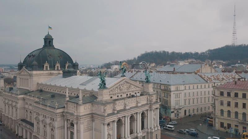 Lviv Ukraina - 17, December 2019 Flyg- europeisk stad Popul?r Lviv opera arkivbild