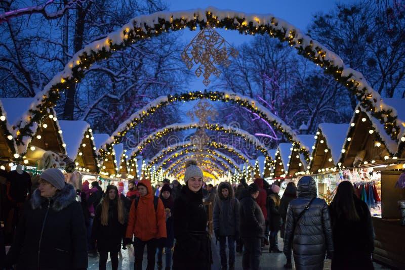 Lviv Ukraina - December 18, 2018: Folkmassor av folk på julmässa på Lviv royaltyfria bilder