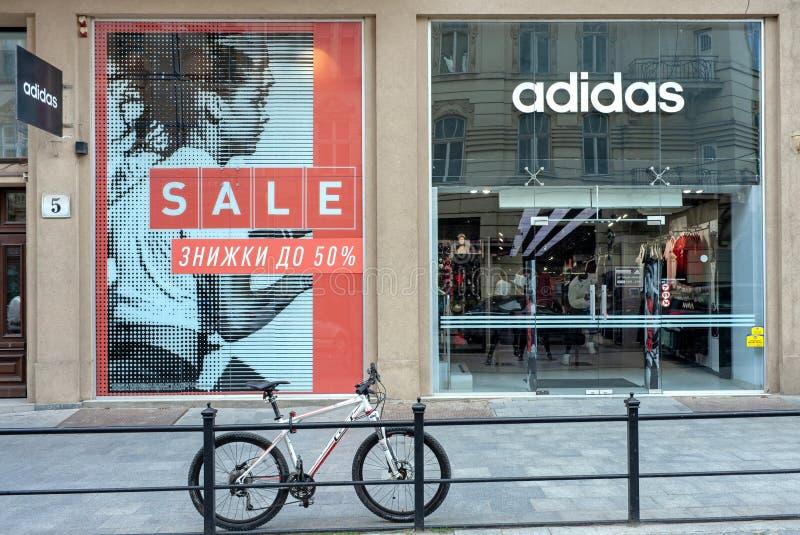 Lviv Ukraina - Juli 15, 2019: Adidas lager i Lviv, Ukraina Den Adidas korporationen finns efter 1924 arkivfoto