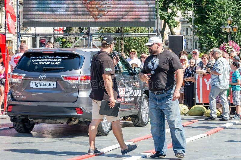 Lviv Ukraina - Juli 2015: Yarych gataFest 2015 Världens för Vasyl Virastyuk för starkaste man konkurrenserna för strongmen domare royaltyfria bilder