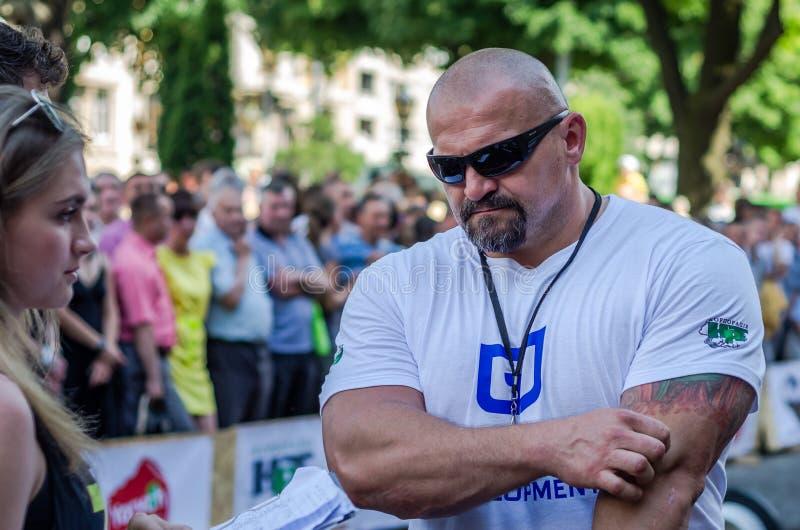 LVIV UKRAINA - JUNI 2016: Den starkaste mannen i världen - strongman Vasyl Virastjuk arkivfoton