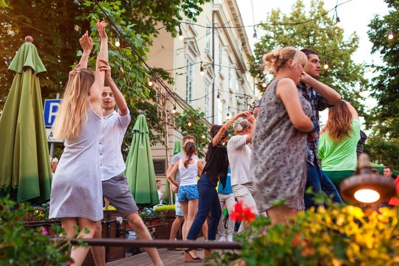 Lviv Ukraina - Juni 9, 2018 Folk som dansar salsa och bachata i utomhus- kafé i Lviv arkivfoto