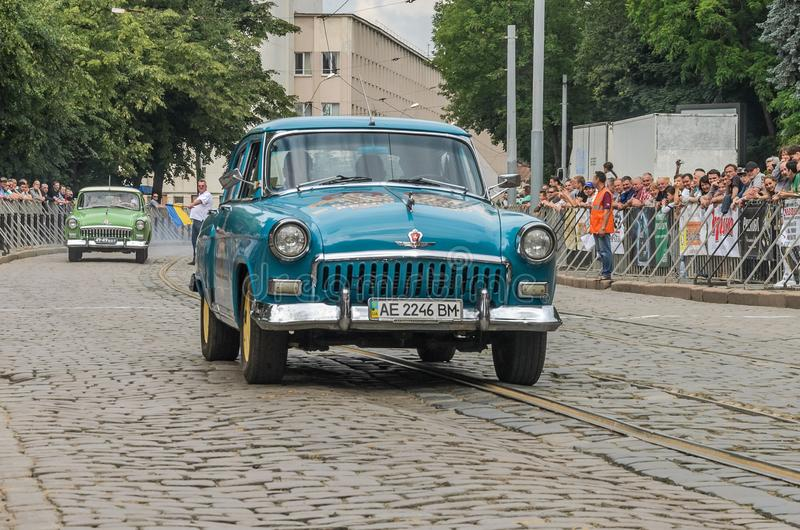 LVIV UKRAINA - JUNI 2018: Retro bil GAZ Volga 21 som för sovjetisk gammal tappning kör till och med gatorna av staden royaltyfri bild