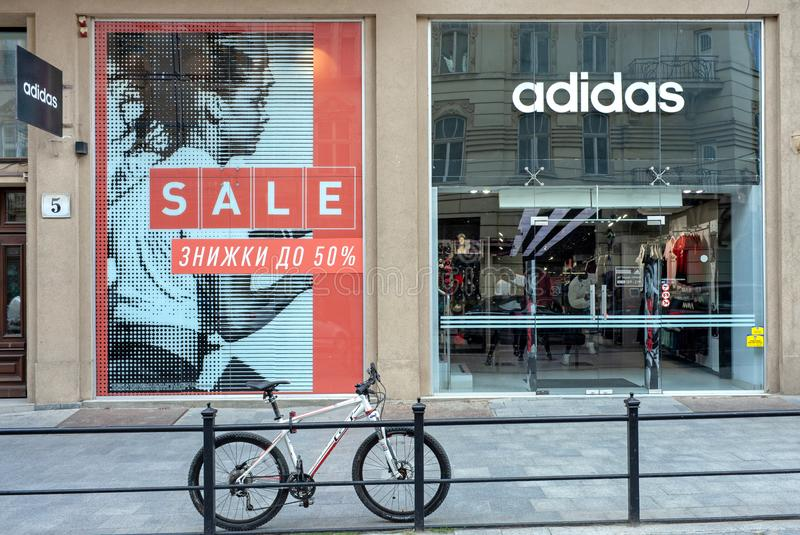 Lviv Ukraina, Lipiec, - 15, 2019: Adidas przechuje w Lviv, Ukraina Adidas korporacja istnieje od 1924 zdjęcie stock