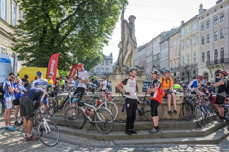 LVIV UKRAINA, MAJ, - 2018: Cyklista atlet amatorzy na bicyklach w bicykl formie zbierającej dla roweru i bawją się w centrum mias zdjęcie stock